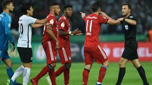 Los jugadores del Bayern le reclaman al colegiado penalti