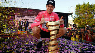 Froome posando con el trofeo como campeón del Giro 101 / Luk Benies