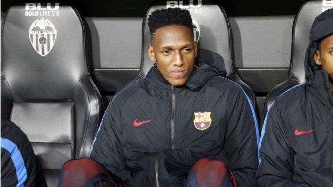 Yerry Mina, en el banquillo durante un partido con el Barcelona