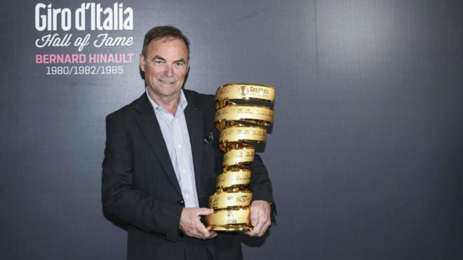 Bernard Hinault con el trofeo de vencedor del Giro de Italia
