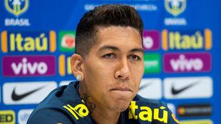 Firmino en la rueda de prensa de Brasil.