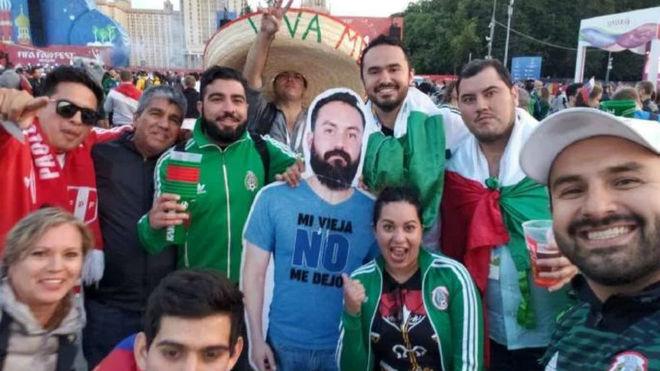 No pudo ir al Mundial y sus amigos pasean con su imagen