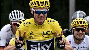 Froome hace el signo de la victoria tras ganar el último Tour