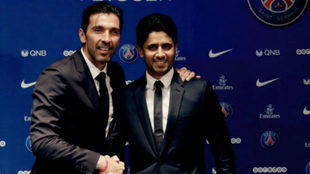 El arquero italiano junto al presidente del club
