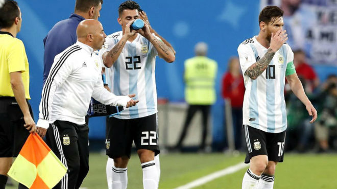 Sampaoli da instrucciones a Messi durante el Mundial