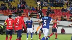 González detiene un balón aéreo en un ataque de Millonarios.