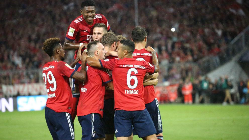 Los jugadores del Bayern Munich celebran el gol de Thomas Muller
