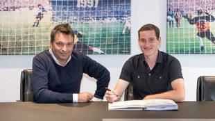 Rudy firmando su nuevo contrato con el Schalke.