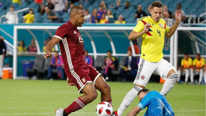 Arias pugna por un balón con Rondón durante el partido entre...