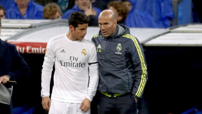 Zidane da instrucciones a James durante su etapa en el Real Madrid