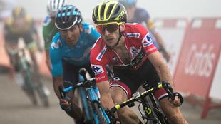 Yates en plena acción de la Vuelta junto al colombiano Quintana