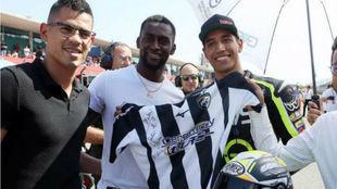 Jackson Martínez le entrega la camiseta del Portimonense a Yonny...