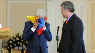 José Pékerman besa la bandera de Colombia ante la mirada de Duque