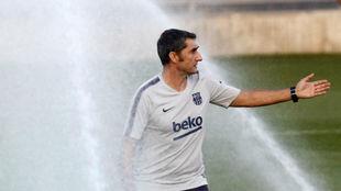 Ernesto Valverde durante un entrenamiento con el Barcelona