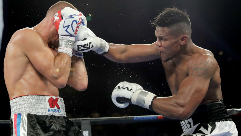 Eléider Álvarez golpea a Sergey Kovalev durante el combate