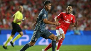 James Rodríguez controla el balón durante el juego ante el Benfica.