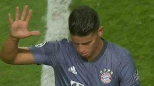 James Rodríguez le muestra la 'manita' a la hinchada del...
