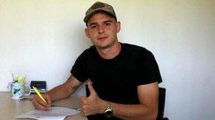 Nicolás Benedetti luego de firmar su contrato.