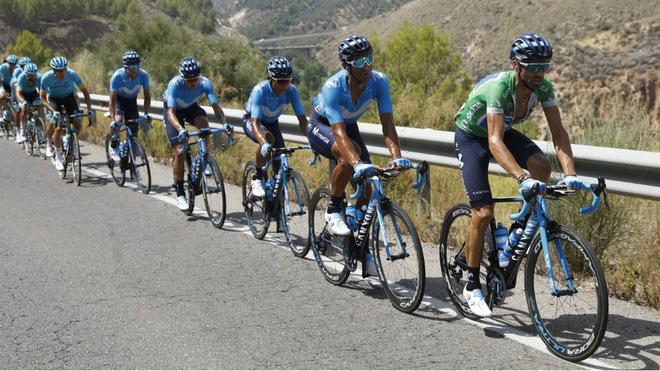 Alejandro Valverde liderando el pelotón principal en la pasada Vuelta a España