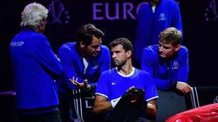 El conjunto europeo dialoga en el banquillo antes de un partido /...