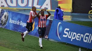 Jarlan  Barrera y Yonny González celebran un gol