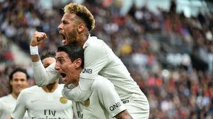 Neymar se sube a caballito de Di María tras marcar éste al Rennes
