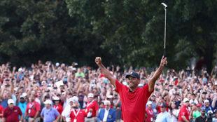 Tiger Woods celebra su victoria en el Tour Championship