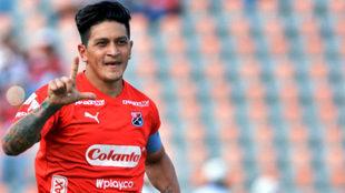 Germán Cano festeja un tanto con la camiseta del Medellín.