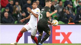 Muriel pelea con Spajic por un balón en el partido ante el Krasnodar