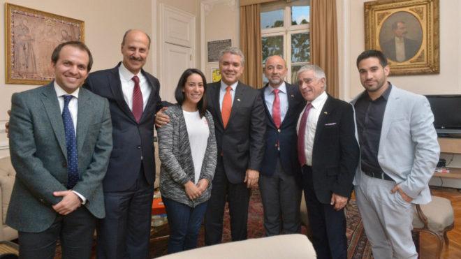 El presidente de Colombia Iván Duque (centro) junto a Mariana Pajón...