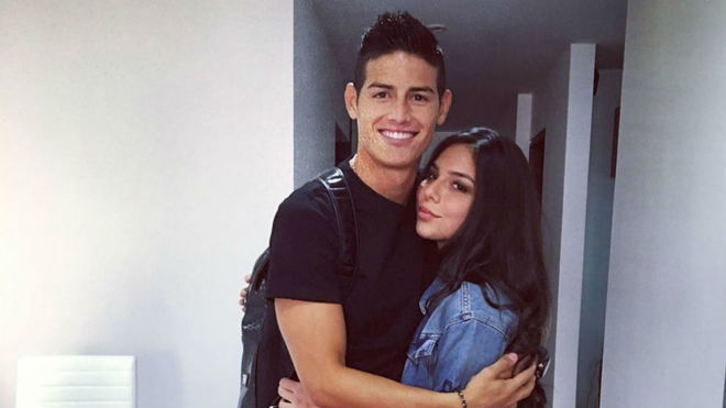 James posa con su hermana
