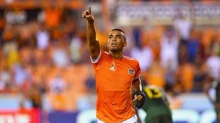 Mauro Manotas celebra uno de sus goles con el Houston Dynamo