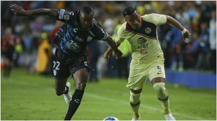 Barreiro y Roger Martínez, en un Pachuca vs América de la Liga MX.