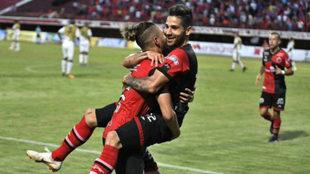 Jugadores de Cúcuta celebran un tanto.