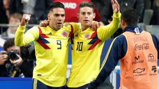 Falcao y James festejan un tanto con la Selección Colombia.