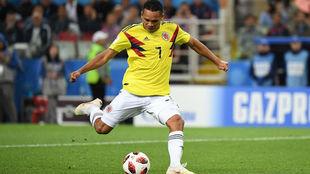 Carlos Bacca remata durante un compromiso con la Selección Colombia.
