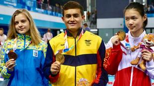 Daniel Restrepo posa con la medalla de oro.