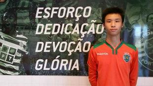 Yee Sun Ng posa con un cartel en las instalaciones del Sporting