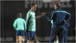 Martino da instrucciones a Messi durante un entrenamiento con el...