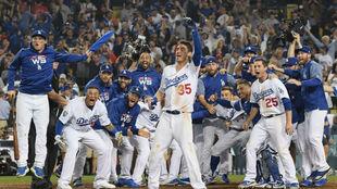 Los Dodgers celebran el triunfo.