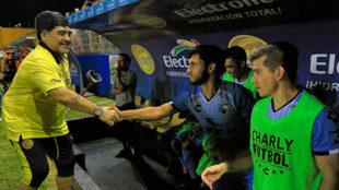 Maradona saluda a los jugadores del Tampico Madero