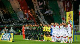 Jugadores de Nacional y Caldas forman en el estadio Palogrande.