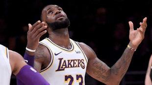 Lebron se lamenta durante un partido con los Lakers
