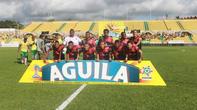 Jugadores del Cúcuta Deportivo forman en el Jaime Morón León.