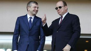 El presidente del Mónaco, Dmitri Rybolovlev, junto a Alberto II,...
