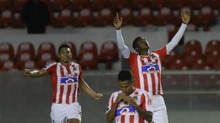 Los jugadores de Junior celebran el paso a la semifinal de la Copa...