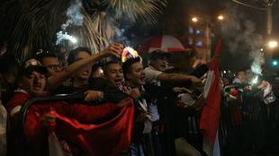 Hinchas santafereños alentando a su equipo / @SantaFe