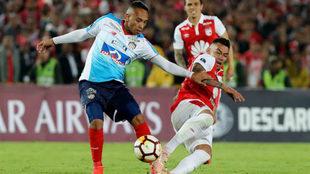Jarlan Barrera disputa el balón con Yeison Gordillo.