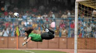 Higuita hace su famoso escorpión durante un partido amistoso