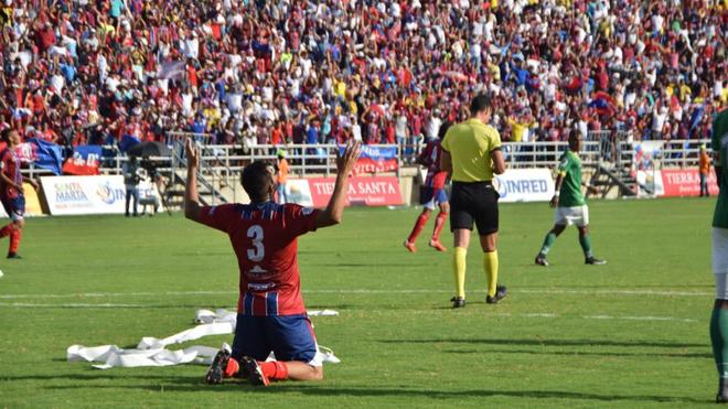 Fernando Battiste se arrodilla durante el encuentro.